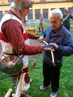 Besökare med nedsatt syn upplevde en äkta engelsk långbåge med hjälp av händerna och känseln.